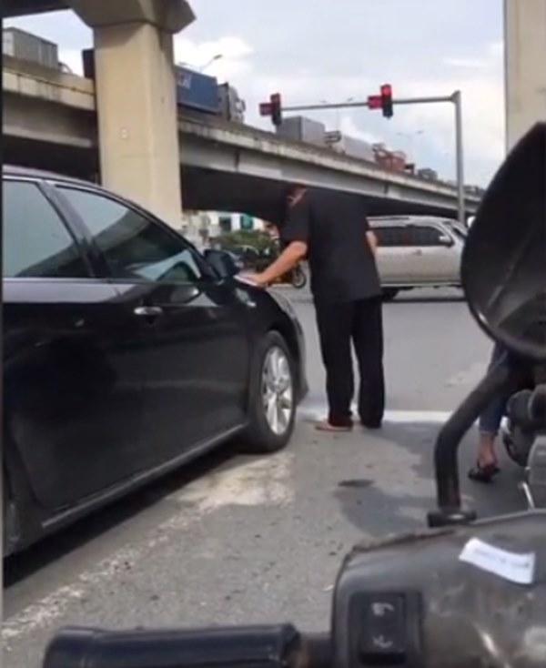 Đang chờ đèn đỏ, người đàn ông bước xuống từ ô tô để tiểu bậy giữa ngã tư Khuất Duy Tiến khiến nhiều người phẫn nộ-1
