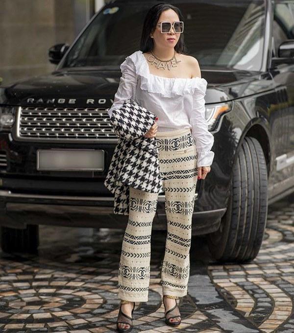 Bất chấp thân hình mũm mĩm, Phượng Chanel vẫn đam mê diện áo bẹt vai, hoá ra là có chiêu-5