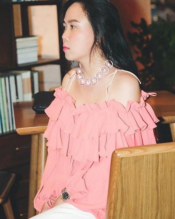 Bất chấp thân hình mũm mĩm, Phượng Chanel vẫn đam mê diện áo bẹt vai, hoá ra là có chiêu-11