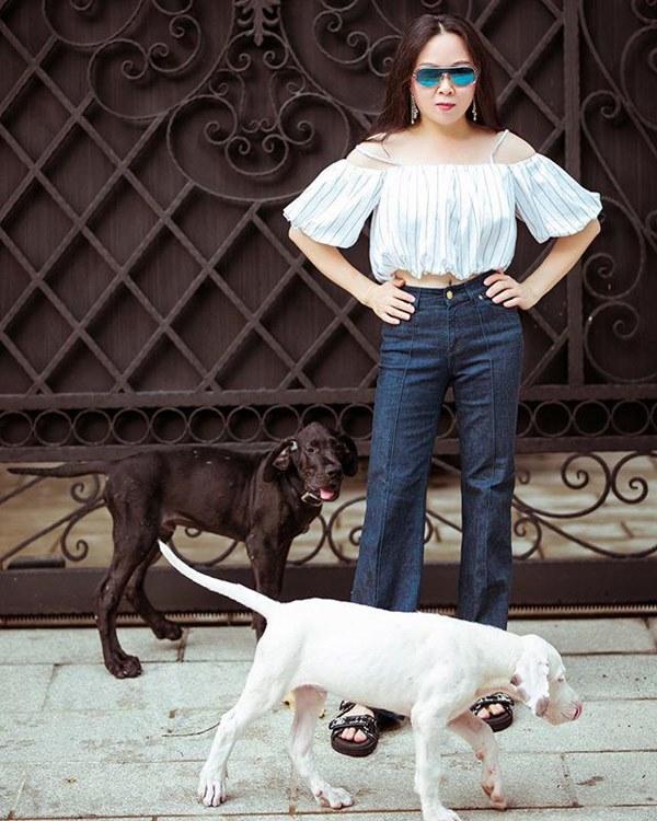 Bất chấp thân hình mũm mĩm, Phượng Chanel vẫn đam mê diện áo bẹt vai, hoá ra là có chiêu-12