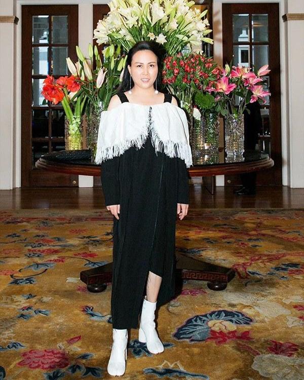 Bất chấp thân hình mũm mĩm, Phượng Chanel vẫn đam mê diện áo bẹt vai, hoá ra là có chiêu-15