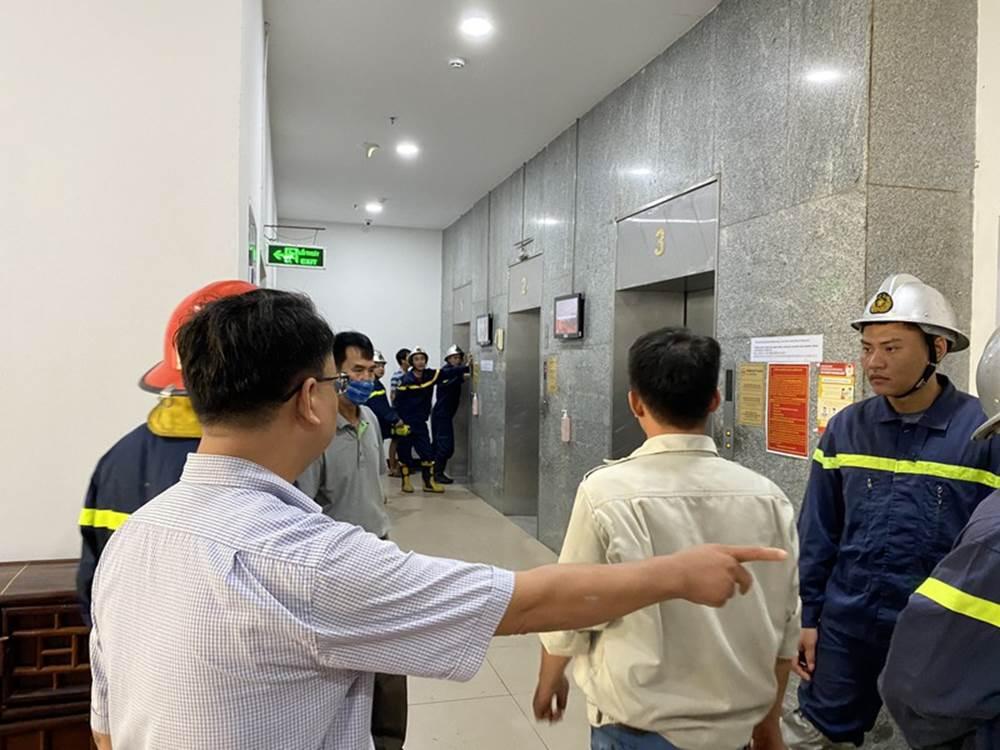 """Hú hồn"""" 6 người bị kẹt trong thang máy tại Chung cư 71 Nguyễn Chí Thanh-2"""