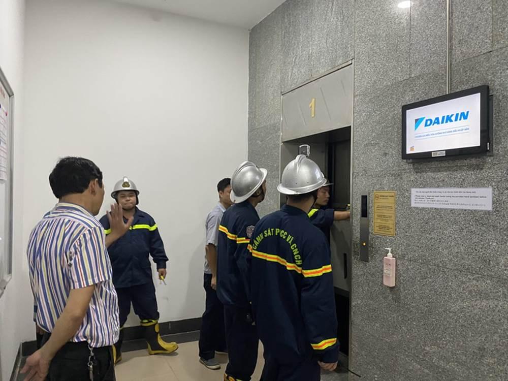 """Hú hồn"""" 6 người bị kẹt trong thang máy tại Chung cư 71 Nguyễn Chí Thanh-3"""
