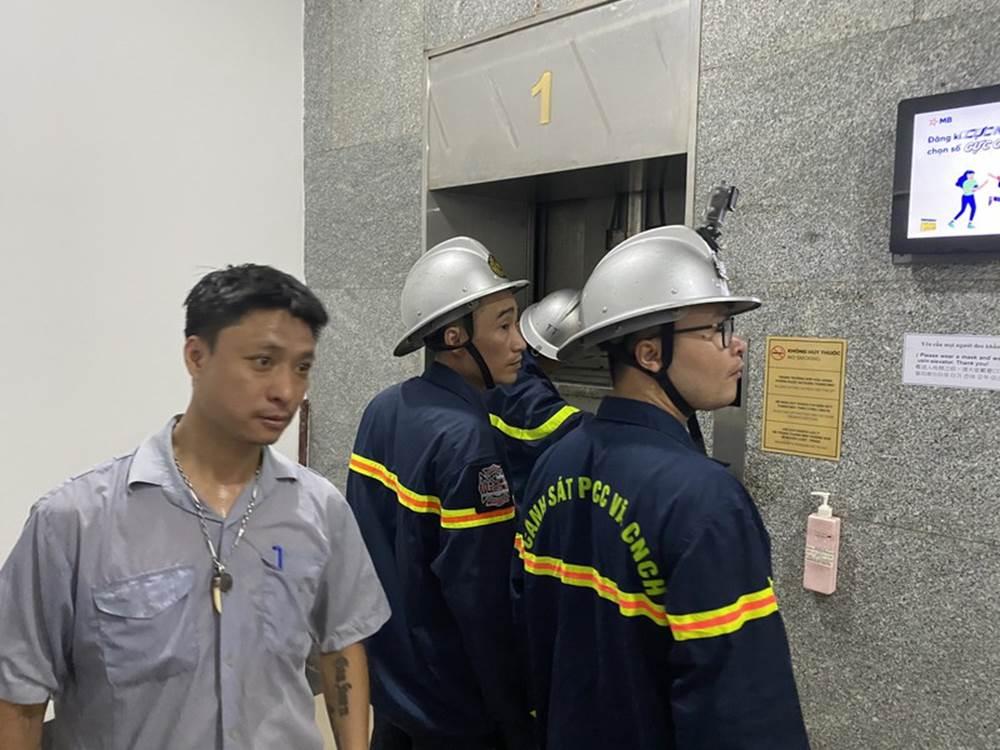 """Hú hồn"""" 6 người bị kẹt trong thang máy tại Chung cư 71 Nguyễn Chí Thanh-4"""