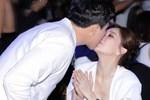 Cách Trấn Thành 'đáp trả' tranh cãi thể hiện tình cảm: Không ngại hôn môi Hari Won đầy ngọt ngào giữa sự kiện