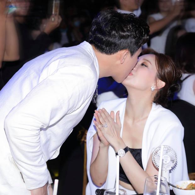 Cách Trấn Thành đáp trả tranh cãi thể hiện tình cảm: Không ngại hôn môi Hari Won đầy ngọt ngào giữa sự kiện-2