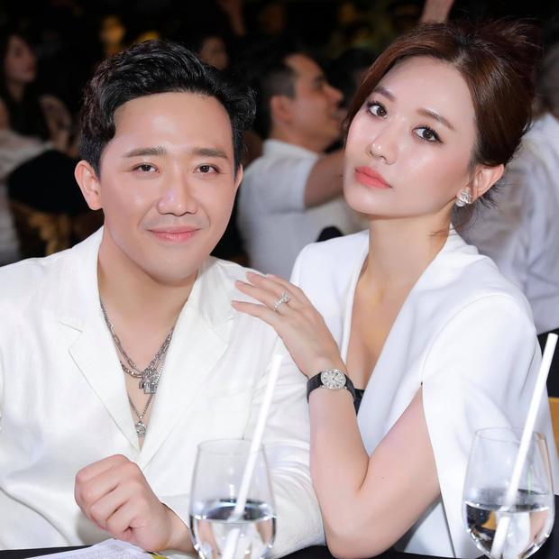 Cách Trấn Thành đáp trả tranh cãi thể hiện tình cảm: Không ngại hôn môi Hari Won đầy ngọt ngào giữa sự kiện-1