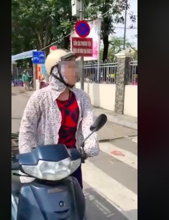 Bị CSTT dừng xe, người phụ nữ cãi cự: Tôi chỉ đi ngược chiều 1- 2m thôi, lỗi gì?-3