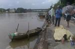 Ba mẹ con buộc vào nhau nổi trên sông ở Bắc Giang