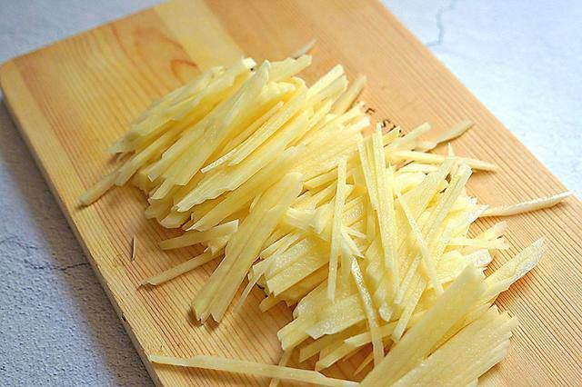 Đừng xào khoai tây ngay sau khi thái, thêm bước này khoai ngon hơn, không nát, không dính chảo-1