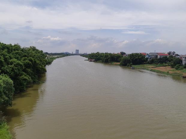 Người thân đau đớn tại lễ tang của 3 mẹ con tử vong dưới sông Bắc Giang: Thương 2 đứa bé đẹp và ngoan lắm, con nhỏ mới 8 tháng mà xảy ra cơ sự này-1