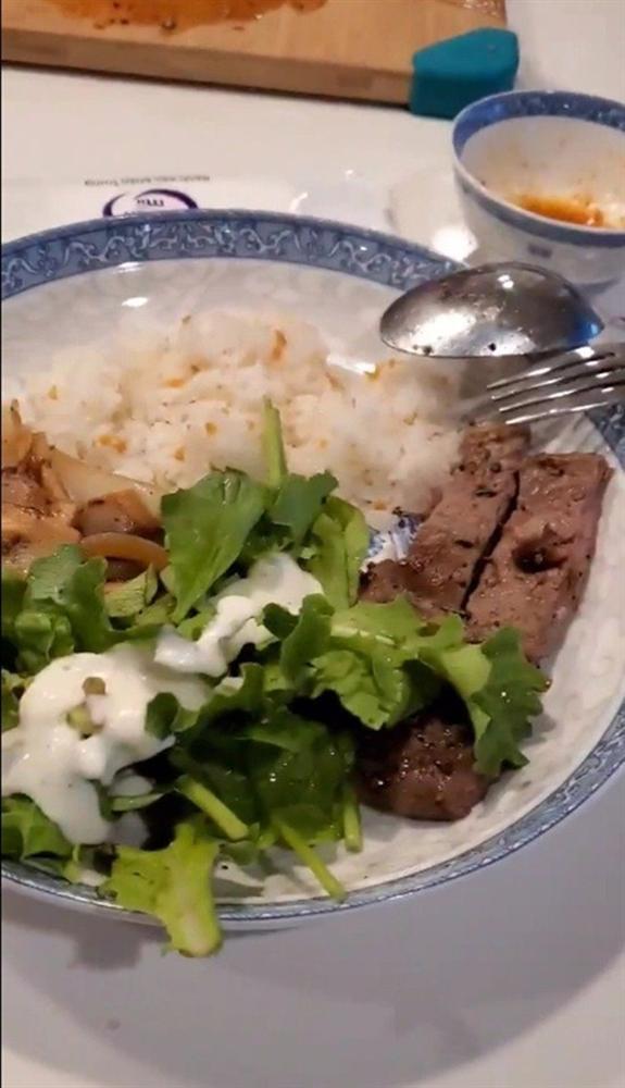 Ông xã lãng tử của Việt Hương làm thiên hạ ghen tị khi vào bếp nấu đồ ngon cho vợ-6