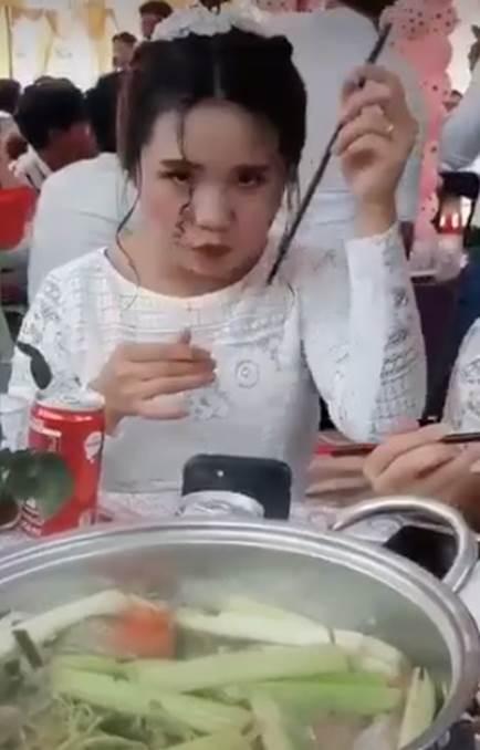 Đang đi ăn tiệc với vẻ ngoài xinh hết phần thiên hạ, cô gái bất ngờ hơ nóng chiếc đũa rồi làm một hành động khó hiểu khiến tự nàng nhận về kết quả đắng lòng-3