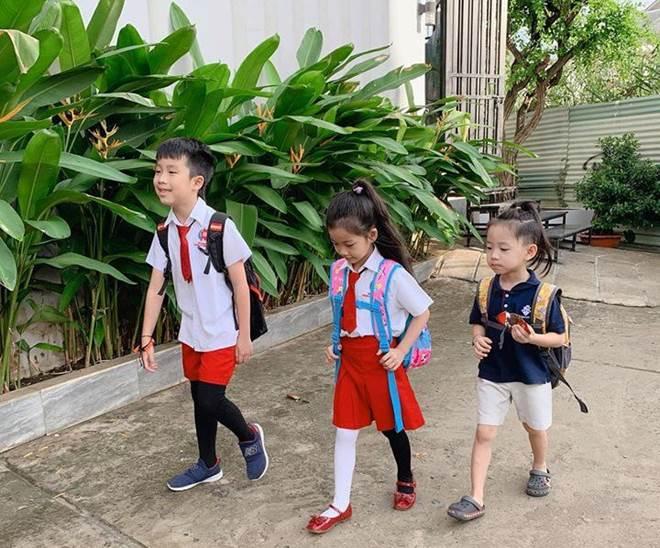 Hết cho con trai để tóc dài, Ốc Thanh Vân lại cho con gái đi tất cọc cạch đến trường-2