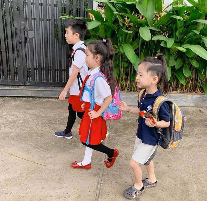 Hết cho con trai để tóc dài, Ốc Thanh Vân lại cho con gái đi tất cọc cạch đến trường-4