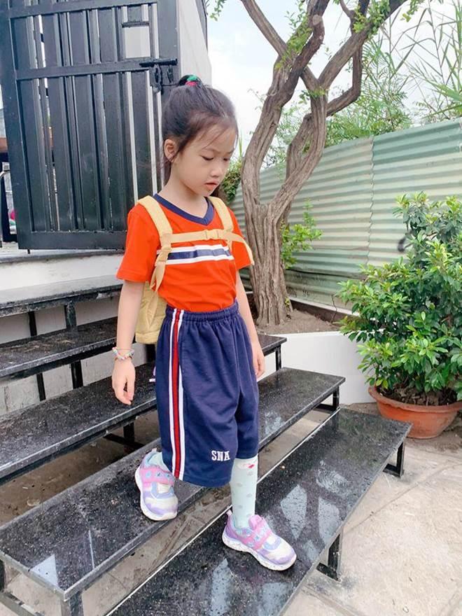 Hết cho con trai để tóc dài, Ốc Thanh Vân lại cho con gái đi tất cọc cạch đến trường-5