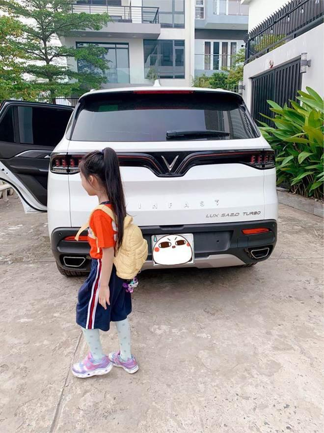Hết cho con trai để tóc dài, Ốc Thanh Vân lại cho con gái đi tất cọc cạch đến trường-6