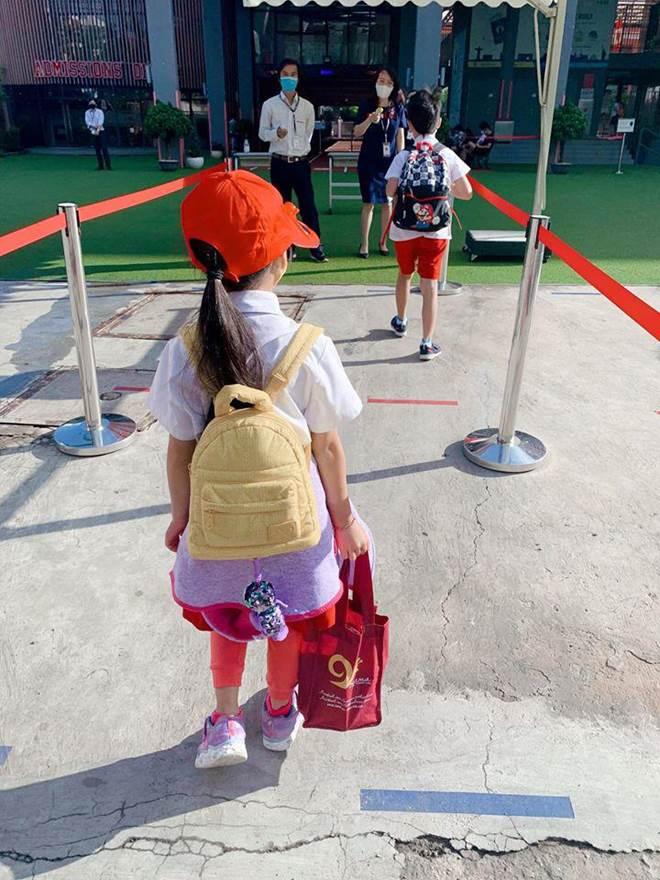 Hết cho con trai để tóc dài, Ốc Thanh Vân lại cho con gái đi tất cọc cạch đến trường-8