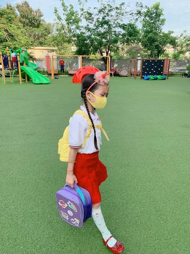 Hết cho con trai để tóc dài, Ốc Thanh Vân lại cho con gái đi tất cọc cạch đến trường-9