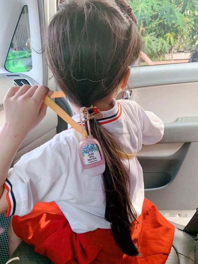 Hết cho con trai để tóc dài, Ốc Thanh Vân lại cho con gái đi tất cọc cạch đến trường-11
