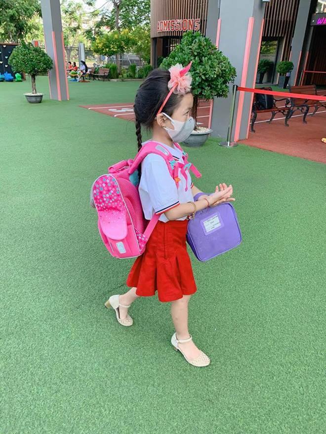 Hết cho con trai để tóc dài, Ốc Thanh Vân lại cho con gái đi tất cọc cạch đến trường-12