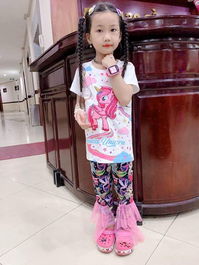 Hết cho con trai để tóc dài, Ốc Thanh Vân lại cho con gái đi tất cọc cạch đến trường-13