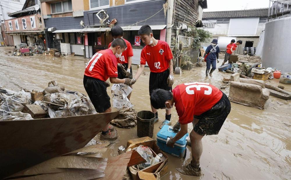 Nước lũ dâng đến tầng 2, người Nhật trèo lên nóc nhà cầu cứu-1