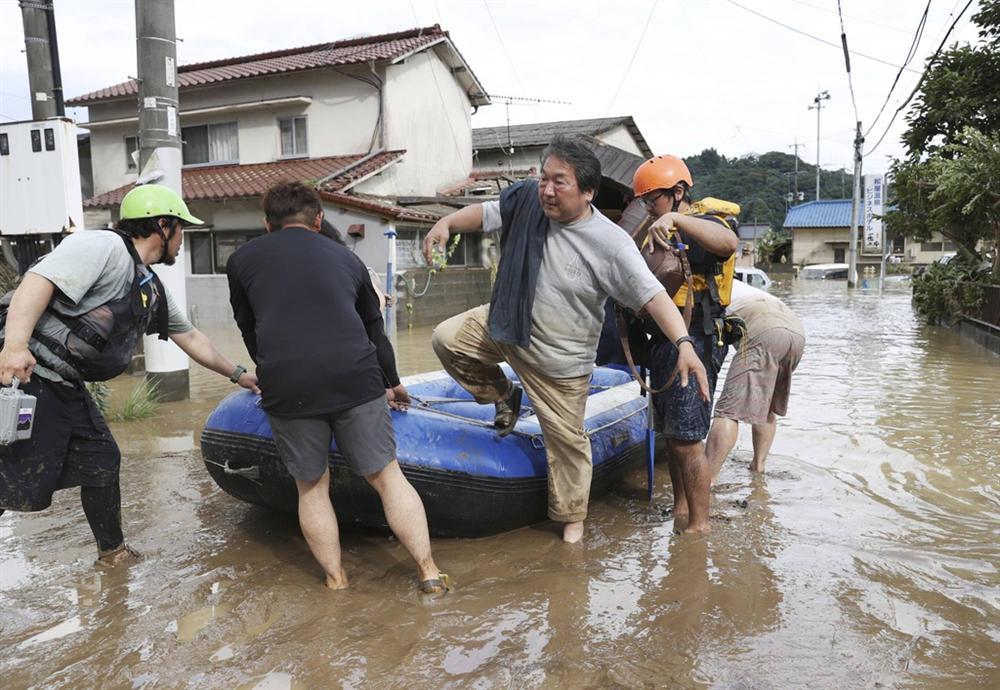 Nước lũ dâng đến tầng 2, người Nhật trèo lên nóc nhà cầu cứu-2