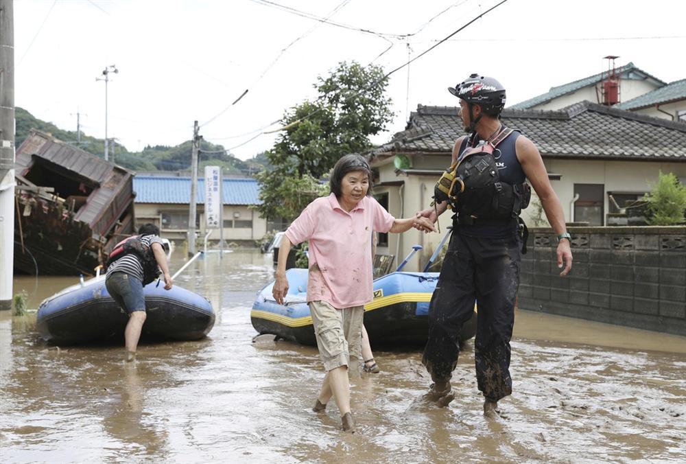 Nước lũ dâng đến tầng 2, người Nhật trèo lên nóc nhà cầu cứu-6