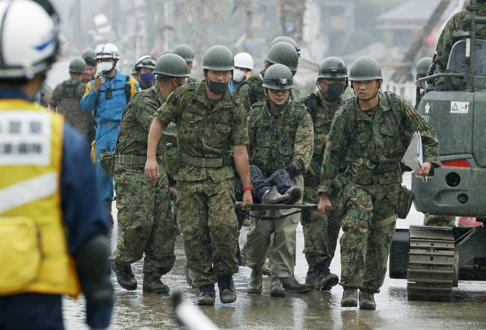 Nước lũ dâng đến tầng 2, người Nhật trèo lên nóc nhà cầu cứu-8