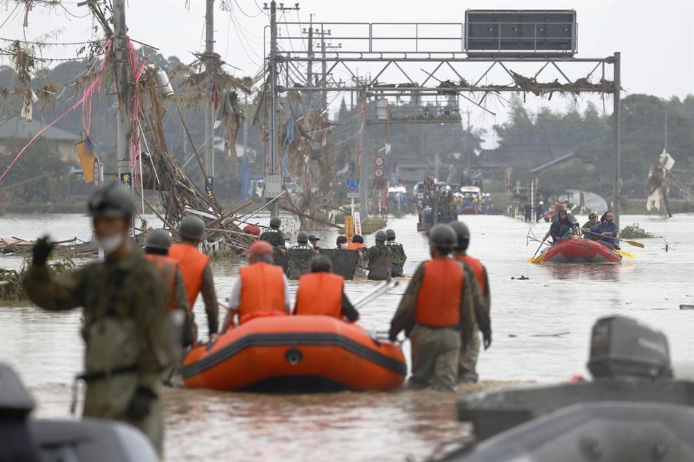 Nước lũ dâng đến tầng 2, người Nhật trèo lên nóc nhà cầu cứu-9