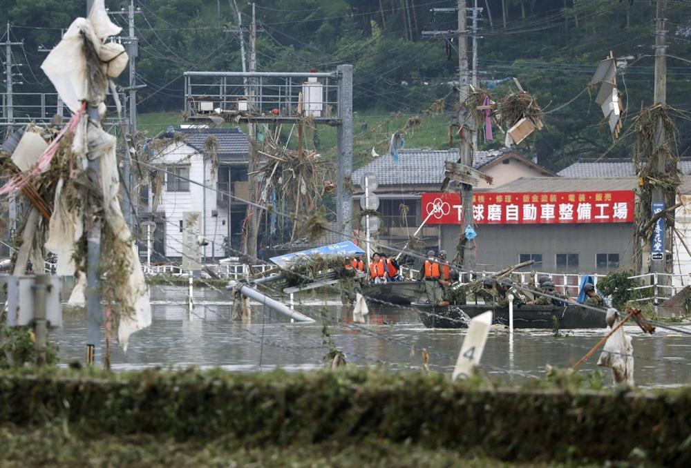 Nước lũ dâng đến tầng 2, người Nhật trèo lên nóc nhà cầu cứu-10