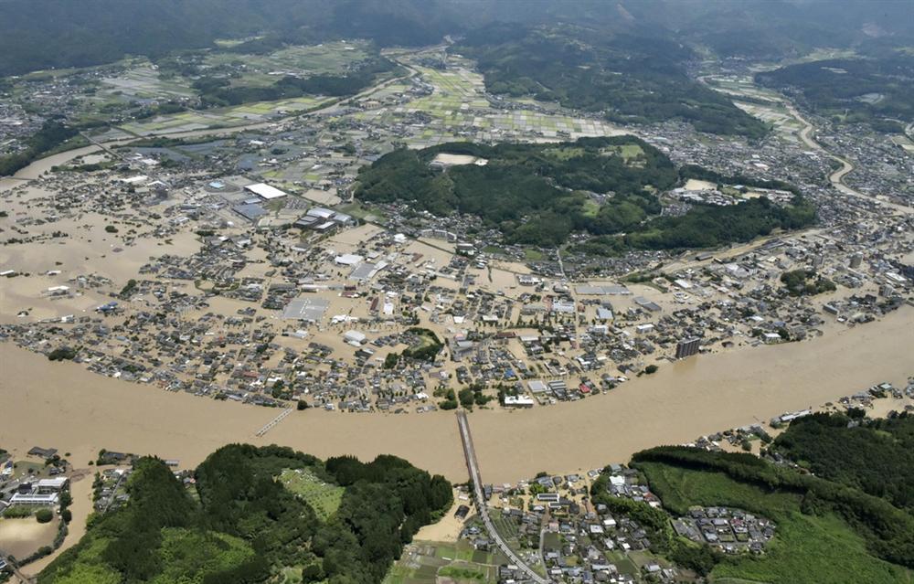 Nước lũ dâng đến tầng 2, người Nhật trèo lên nóc nhà cầu cứu-11