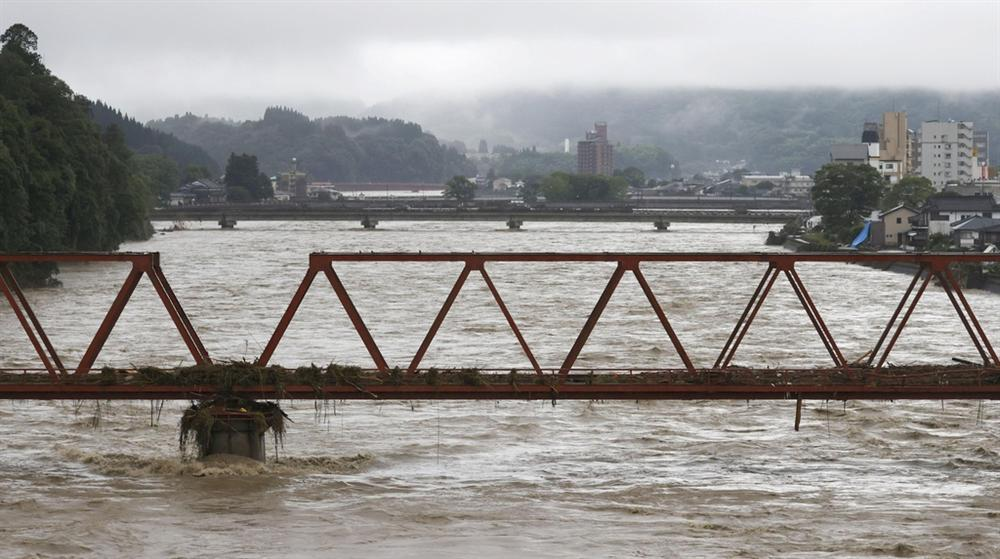 Nước lũ dâng đến tầng 2, người Nhật trèo lên nóc nhà cầu cứu-12