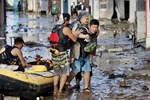 Nước lũ dâng đến tầng 2, người Nhật trèo lên nóc nhà cầu cứu