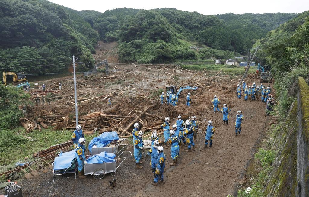 Nước lũ dâng đến tầng 2, người Nhật trèo lên nóc nhà cầu cứu-15