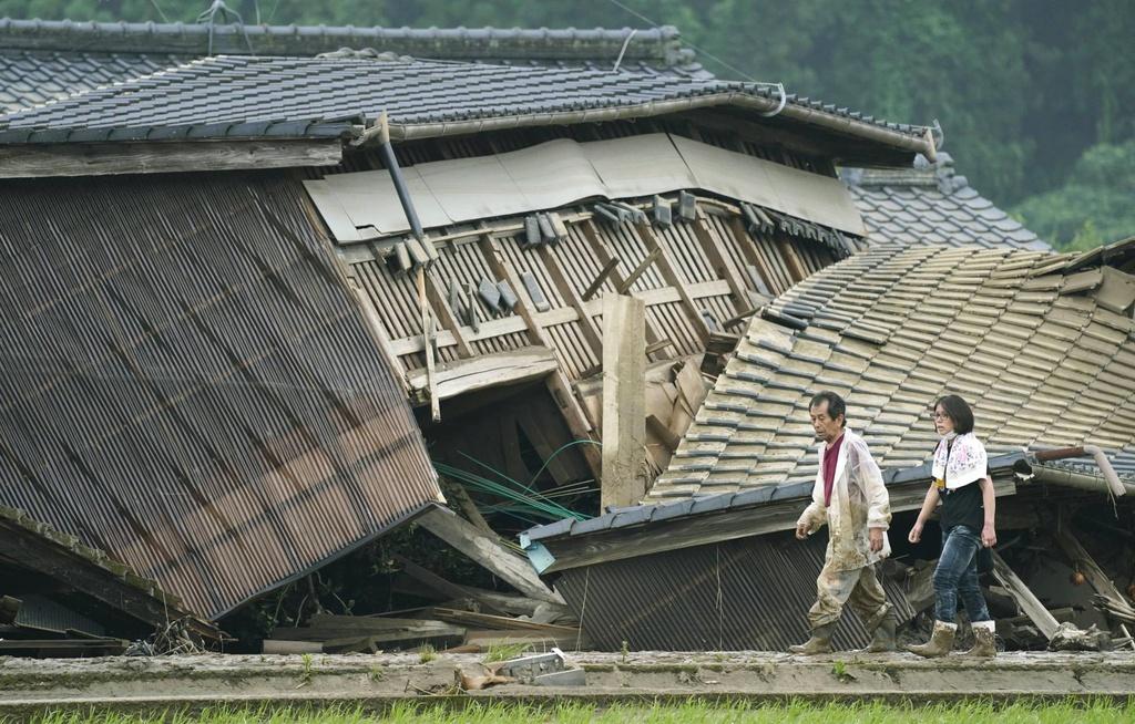 Nước lũ dâng đến tầng 2, người Nhật trèo lên nóc nhà cầu cứu-5