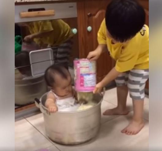 Nghe lời bố mẹ ở nhà pha sữa cho em gái uống, nhìn cách anh trai thực hiện mà bố mẹ chỉ còn biết câm nín-1