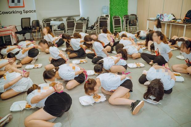 Clip hàng chục cô gái trói tay, chật vật nhoài người ăn cơm bằng miệng để hoàn thành thử thách trong buổi tập huấn kinh doanh gây tranh cãi-1