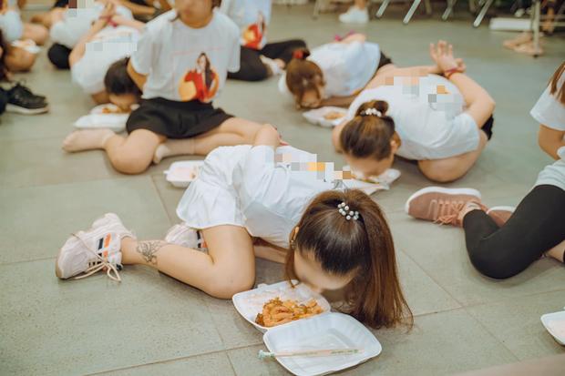 Clip hàng chục cô gái trói tay, chật vật nhoài người ăn cơm bằng miệng để hoàn thành thử thách trong buổi tập huấn kinh doanh gây tranh cãi-2