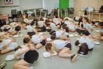 Clip hàng chục cô gái trói tay, chật vật nhoài người ăn cơm bằng miệng để hoàn thành thử thách trong buổi tập huấn kinh doanh gây tranh cãi