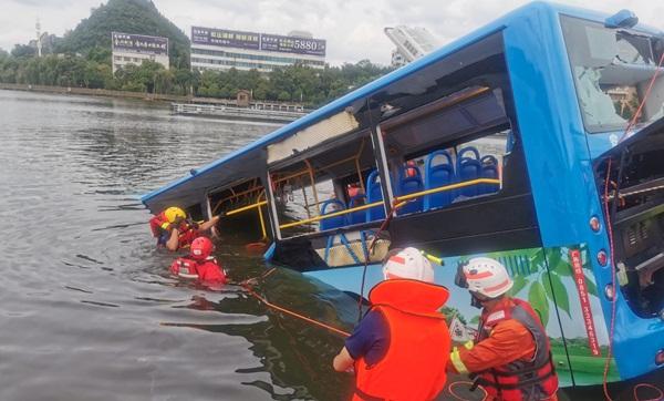 Trung Quốc: Xe bus chở học sinh đi thi Đại học lao xuống hồ nước khiến 21 người chết, 15 người bị thương-1