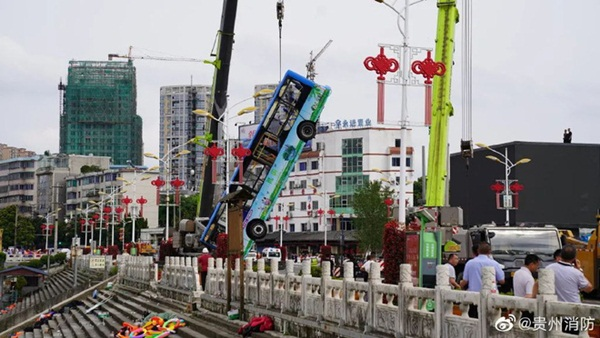 Trung Quốc: Xe bus chở học sinh đi thi Đại học lao xuống hồ nước khiến 21 người chết, 15 người bị thương-2