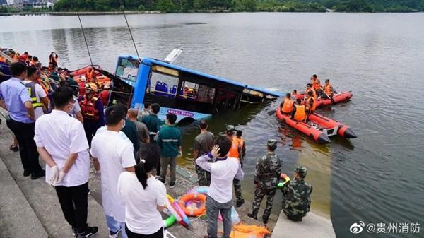 Trung Quốc: Xe bus chở học sinh đi thi Đại học lao xuống hồ nước khiến 21 người chết, 15 người bị thương-3