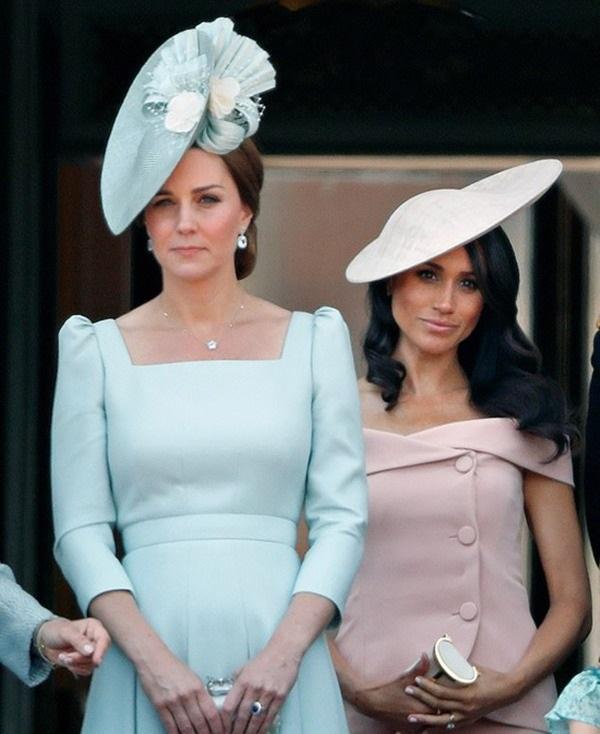 Meghan Markle từng làm náo loạn cung điện, gây hấn với nhân viên của Công nương Kate vì không chấp nhận lúc nào cũng bị xếp sau chị dâu-1