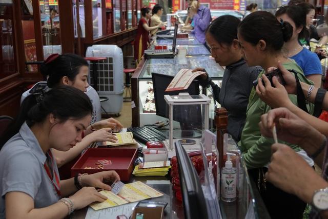 Hà Nội: Đổ xô đi bán vàng kiếm lời sau khi vàng tăng cao kỷ lục-1
