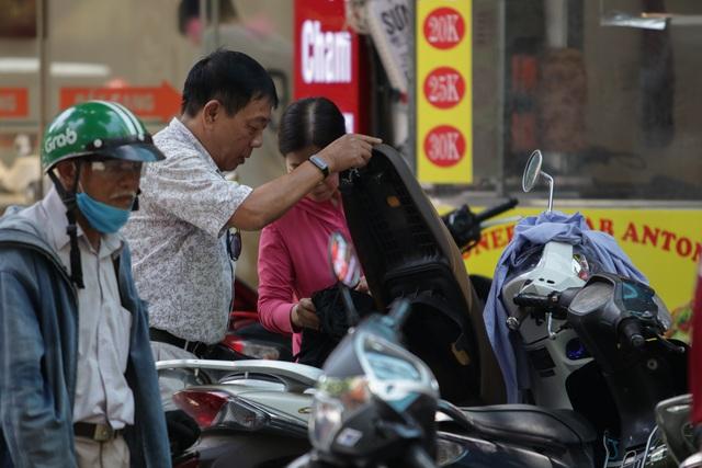 Hà Nội: Đổ xô đi bán vàng kiếm lời sau khi vàng tăng cao kỷ lục-11