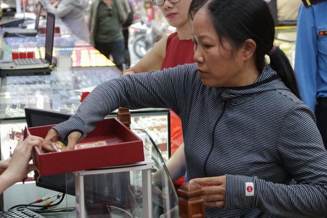 Hà Nội: Đổ xô đi bán vàng kiếm lời sau khi vàng tăng cao kỷ lục-3