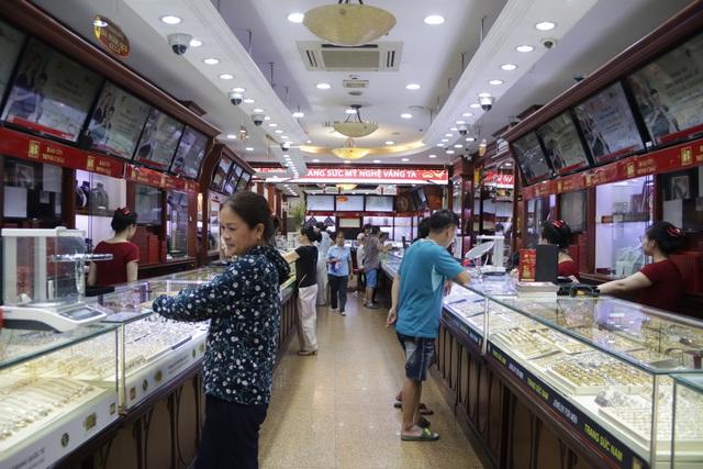 Hà Nội: Đổ xô đi bán vàng kiếm lời sau khi vàng tăng cao kỷ lục-5