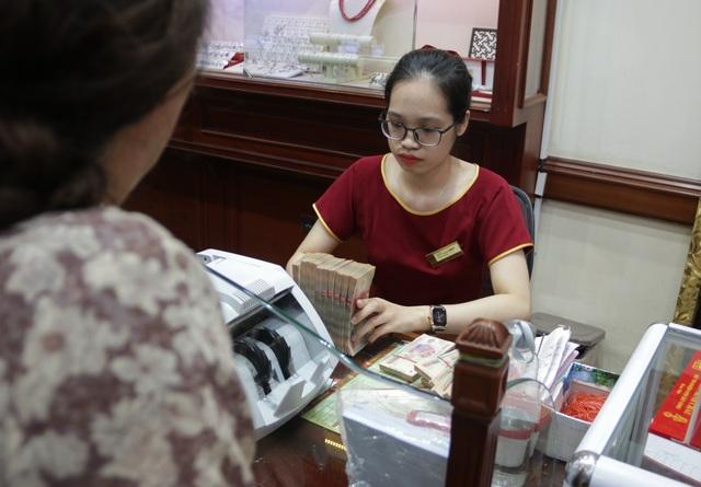 Hà Nội: Đổ xô đi bán vàng kiếm lời sau khi vàng tăng cao kỷ lục-7